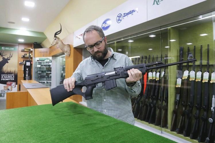 Autor sa puškom Zastava M2010 u kalibru .308 Winchester